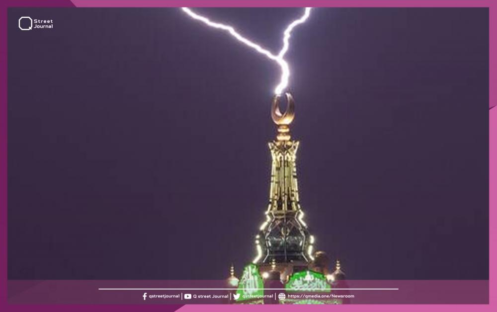 «صاعقة» تضيء برج الساعة في «مكة المكرمة»