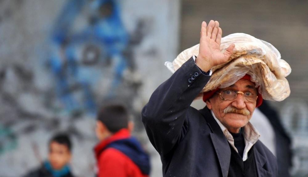 أستاذ جامعي سوري يتأخر عن محاضرته.. والسبب طابور الخبز!