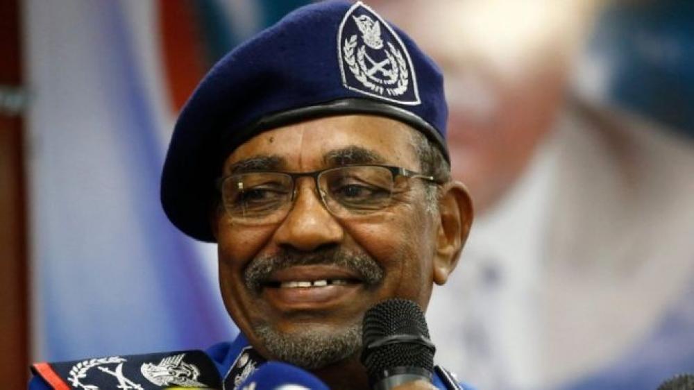 البشير ساخراً: لامانع لدي من تسليم السلطة للجيش