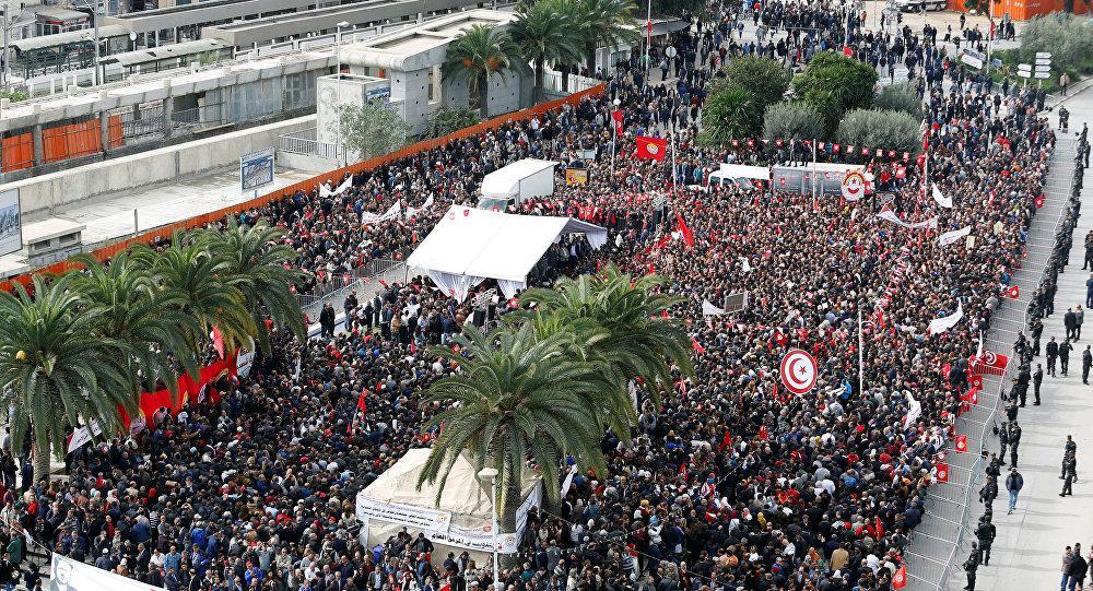 تونسيون يطالبون بإقالة حكومة الشاهد