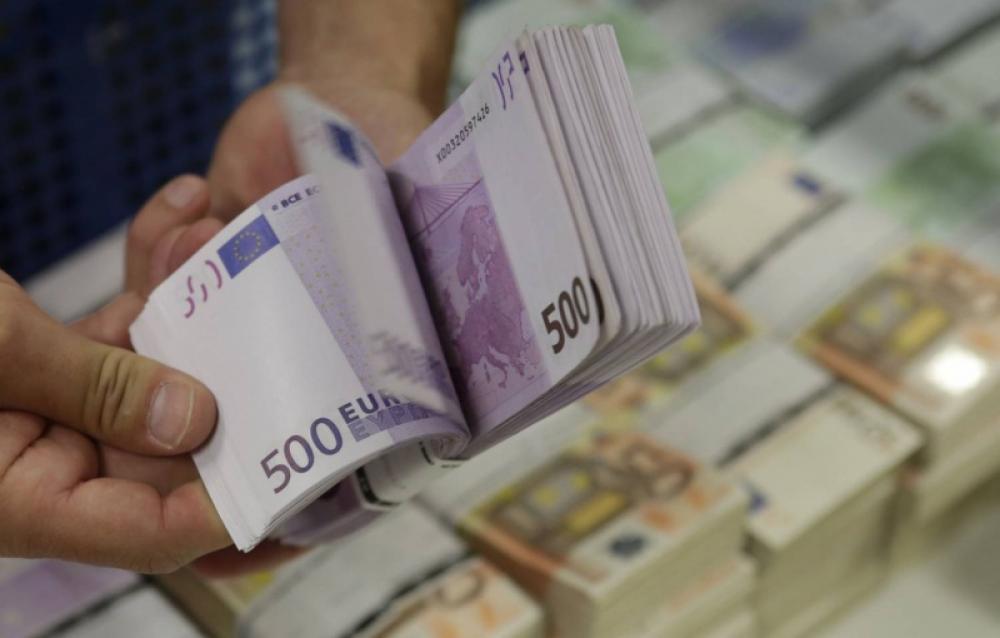 اليورو يهبط عن أعلى مستوى في عامين