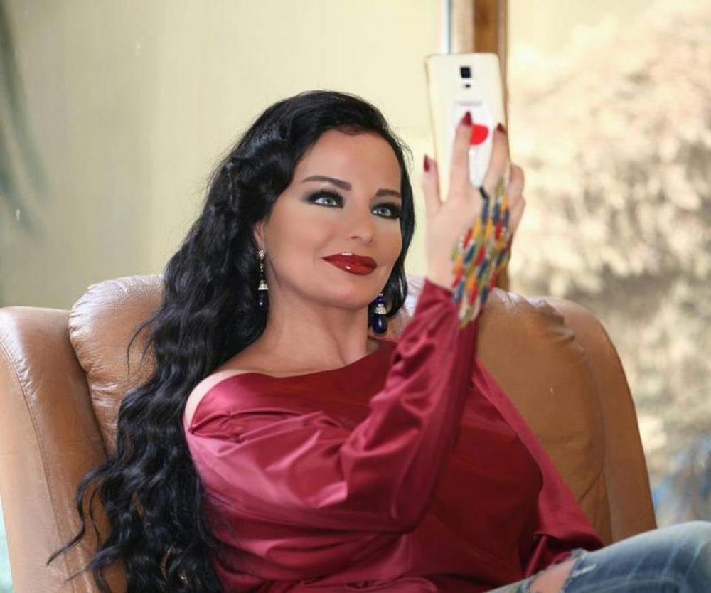 ممثلة سورية تؤكد إصابتها بمرض نفسي حاد