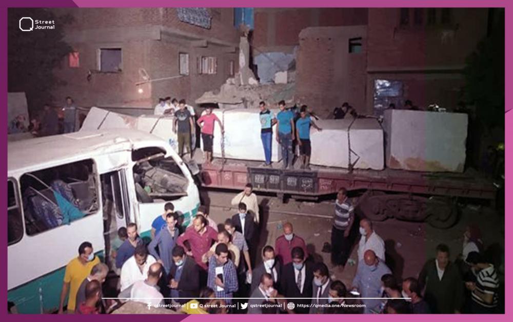 حادث مأساوي في مصر.. قطار يدهس حافلة عمال