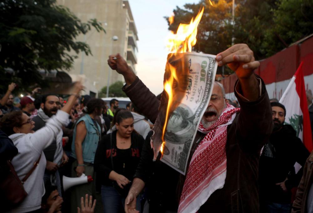 احتجاجات وقطع طرقات.. اللبنانيون ينتفصون من جديد