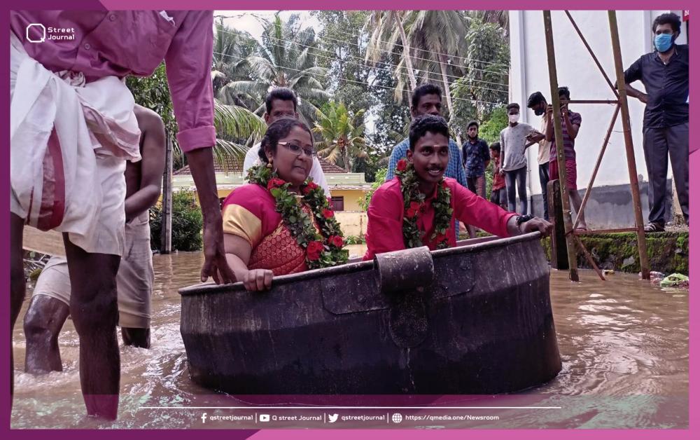 بالفيديو.. عروسان يتحديان الفيضانات بإناء طهي!